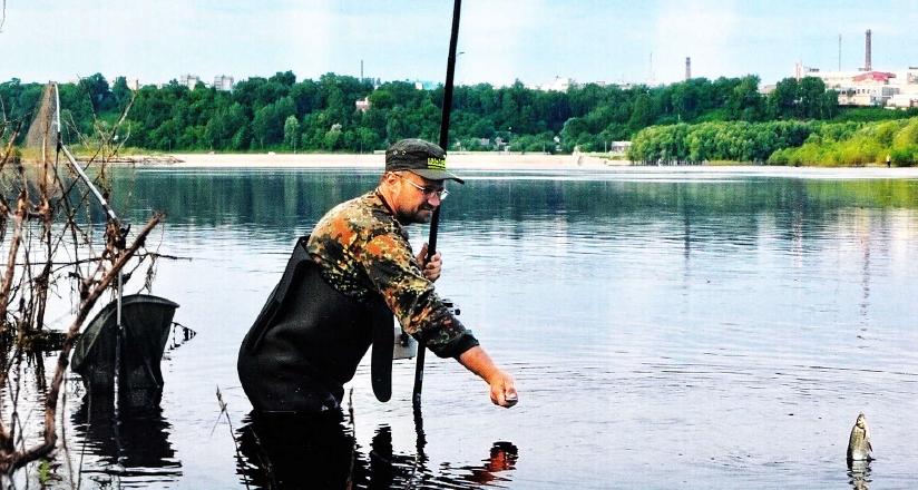 как ловить рыбу на удочку с берега видео