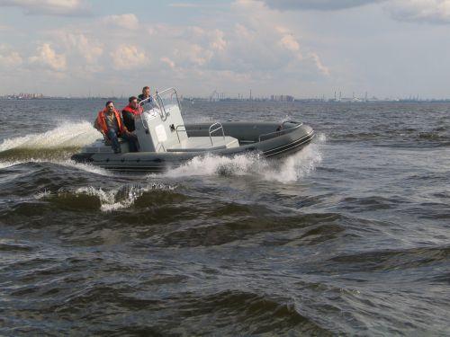 В лодке при высоких волнах