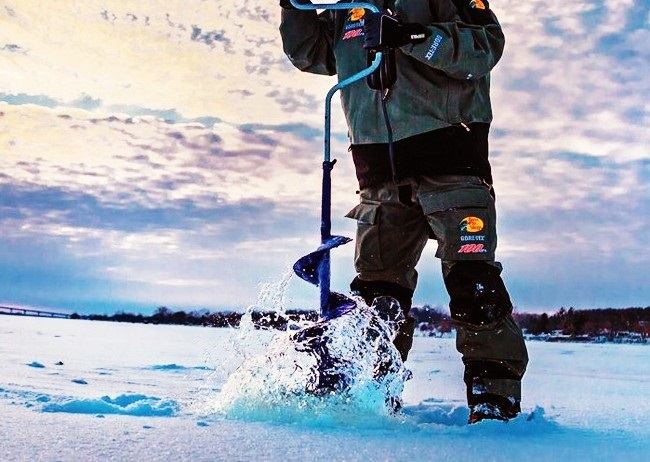Зимняя рыбалка. Бурение лунок