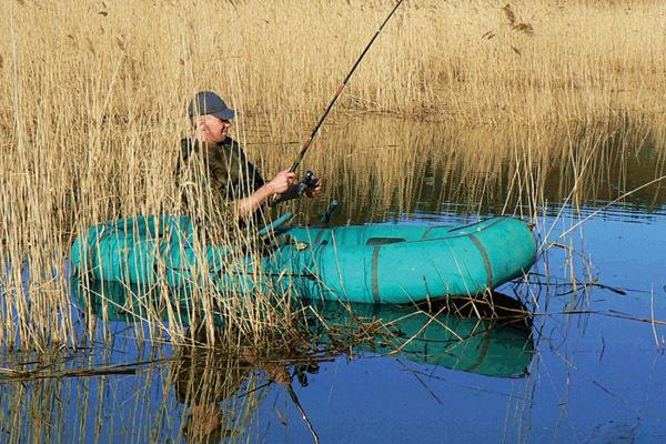 Рыбалка в окнах зарослей с лодки