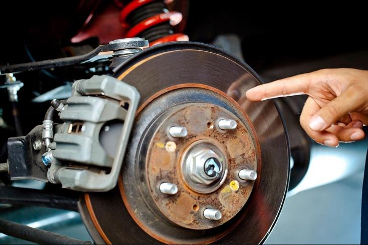 7 основных причин, по которым тормоза автомобиля издают звуки