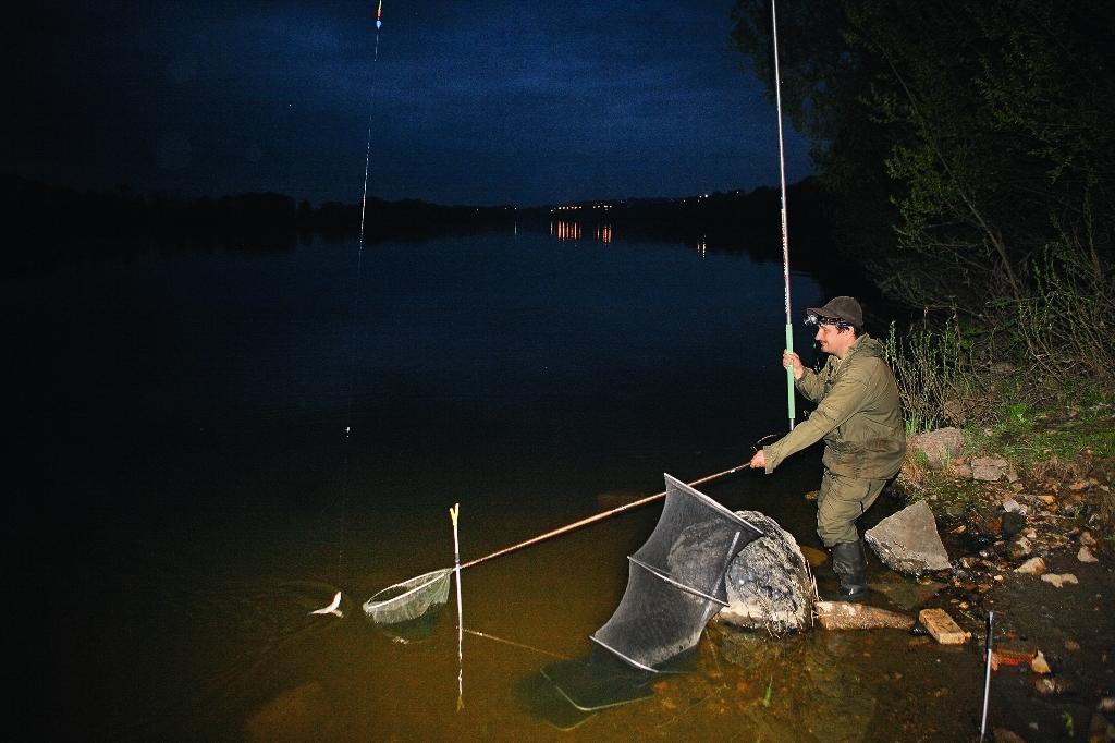 Поплавочная рыбалка ночью