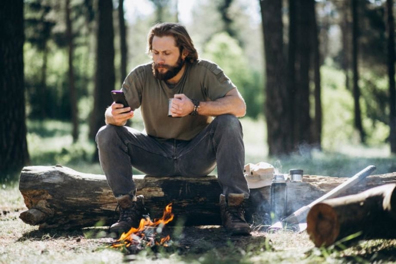 Как заряжать смартфон во время похода
