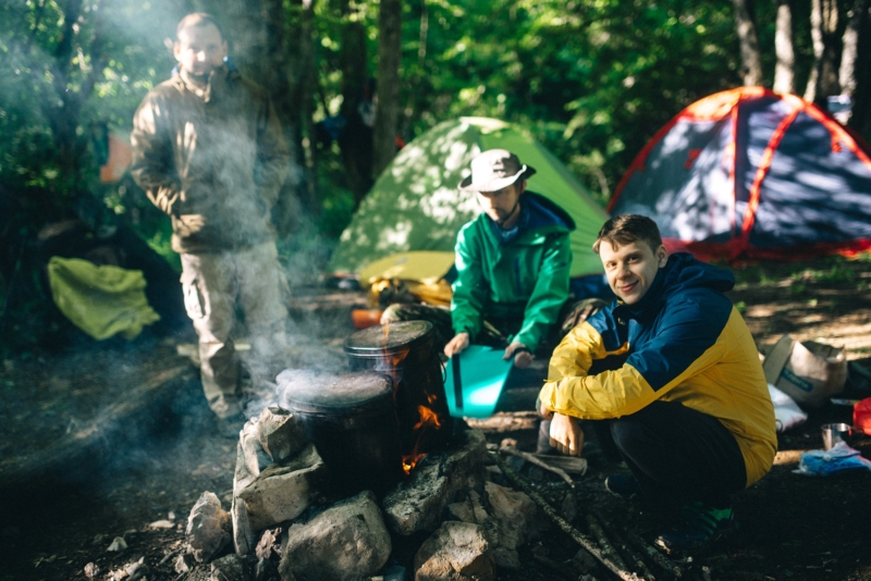 Как правильно разбить лагерь в походе: советы